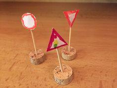 Jednoduše a rychle můžete pro své děti vyrobit dopravní značky na hraní. Výroba vám nezabere víc než pár minut. Budete potřebovat korkovou zátku, párátko nebo špejli, papír, lepidlo a barevné fixy či pastelky. Ze zátky uřízněte silnější kolečko, do něj zapíchněte párátko nebo krátkou špejli. Z papíru vystřihněte potřebný tvar pro konkrétní značku a dokreslete...Číst dále