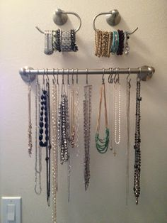 DIY Jewelry Organization [Tutorial] : towel rack + toilet paper holders + S-hooks... very smart!