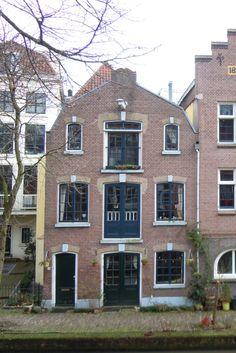 Twijnstraat aan de Werf 1M - een vm pakhuis uit ca 1860. De Oudegracht kent maar weinig karakteristieke pakhuizen, dit is 1 van de 3 achter de panden van de Twijnstraat aan de gracht.