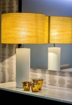 Pormenor do candeeiro sobre o aparador: Sala de estar translation missing: pt.style.sala-de-estar.moderno por Cássia Lignéa