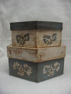 Conjunto de dos cajas de papel maché hexágono. Azul Francia y blanco. Diseño de la flor en la parte superior y los lados. Caja grande es 8