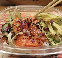 Zalm sashimi met plakrijst, salade en sojadressing ·  LINDA.