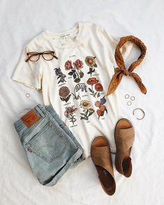 Future State Flower Chart Tee from Urban Outfitters – Spring Outfits Shorts Style, Denim Shorts, Jeans Style, Fashion Outfits, Womens Fashion, Fashion Trends, Fashion Clothes, Dress Fashion, Fashion Boots
