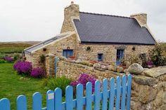 Jolie petite maison traditionnelle sur  l'Île d'Ouessant dans le Finistère. Basse, son jardin bien protégé par des murets en pierre, elle sait affronter les caprices du vent. #Bretagne.