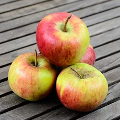Die Apfelsorte Rubiola. Frisch aus der Ernte ist sie eine saftige leicht säuerliche Ergänzung im Obstkorb. Diese neuere Züchtung eignet sich gut für die Lagerung in der heimischen Küche.