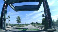 Möwe verpasst knapp die Frontscheibe eines Autos - Bundesstraße in Deuts...