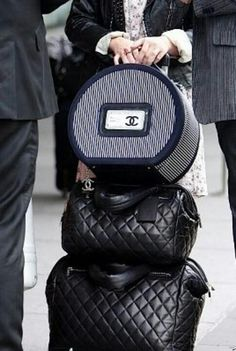 Kelly Osbourne with her Chanel Luggage. I want Chanel Luggage. Gucci, Fendi, Givenchy, Louis Vuitton, Chanel Luggage, Luxury Luggage, Chanel Clutch, Luxury Bags, Fashion Handbags