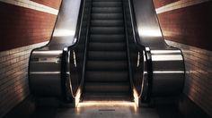 """坂井直樹の""""デザインの深読み"""": 「Cinemagraphs - Escalators」は、ただ静かに動くエスカレーターをシネマグラフで撮影した作品。ハリウッドの高速なテーマパーク的な映像に身を委ね快楽を感じて麻痺した感覚を癒やすのには、丁度良いかもしれない。"""