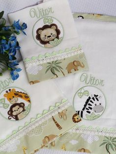Veja nosso novo produto! Se gostar, pode nos ajudar pinando-o em algum de seus painéis :) Baby Room Decor, Baby Kids, Kit, Embroidery, Cloth Diapers, Baby Layette, Baby Burp Cloths, Paintings, Dressmaking