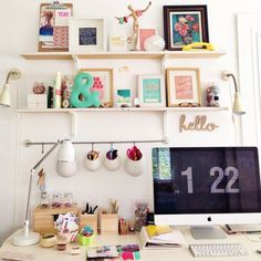 decoração de home office com prateleiras e quadros divertidos
