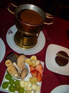 Fondue Alfajor: chocolate meio amargo, leite, açúcar e fondue de doce de leite (Era uma vez um Chalezinho...)