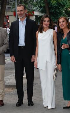 We had a unexpected surprise this evening. King Felipe joined his wife, Queen Letizia at the Spanish finals of the FameLab International competition. It was scheduled to be a solo event attended by Her Majesty, but at the last minute King Felipe decided t Classy Suits, Queen Letizia, White Outfits, Mother Of The Bride, Ideias Fashion, Fashion Dresses, Street Style, Clothes For Women, Formal Dresses