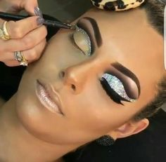 Gorgeous Makeup: Tips and Tricks With Eye Makeup and Eyeshadow – Makeup Design Ideas Glitter Makeup, Glam Makeup, Makeup Tips, Beauty Makeup, Silver Eye Makeup, Glitter Hair, Highlighter Makeup, Eyeshadow Makeup, Makeup Brushes