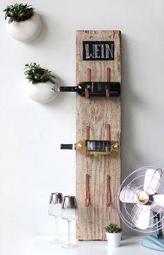 coole bastelidee für rustikales weinregal selber bauen mit holz und rinnenhalter