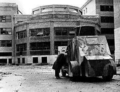 Madrid es asediado. Un vehiculo blindado de la Republica en la Ciudad Universitaria, posiblemente Facultad de Medicina. Una foto del mítico Capa  Noviembre 1936