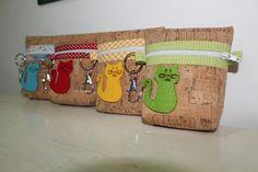 Porta moedas, monedero, pouch, tashen Kork / Cortiça Cork Fabric, Craft Fairs, Burlap, Reusable Tote Bags, Crafts, Inspiration, Coin Wallet, Pencil Cases, Tela