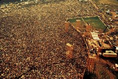 Aerial view of the massive crowd in attendance at the Woodstock Music and Arts Fair in Bethel, New York, August 15 - 17 (and part of the (Photo by Barry Z Levine/Getty Images) 1969 Woodstock, Woodstock Hippies, Woodstock Festival, Woodstock Music, Woodstock Pictures, Concert Crowd, Hippie Love, Summer Of Love, Back In The Day