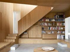 Les Wienberg, un couple d'architectes danois, ont conçu leur maison d'été pour répondre aux besoins de toute la famille. Achevée en 2006, cette résidence de 200 m2 dispose d'une lumière naturelle importante et d'un choix de matériaux (bois, et béton) qui donne une sensation de chaleur et de fraicheur simultanément.