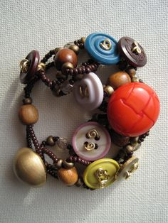 DIY: 20 Accessories With Old Buttons I like the wire coming out of the holes.