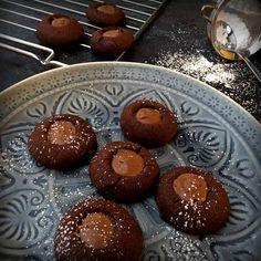 Husarenkrapfen oder Engelsaugen mal anders! Hier kommt das traditionelle Plätzchenrezept mit Nougat und Schokolade: Nougatplätzchen