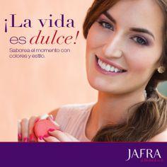 ¡La vida es dulce! Saborea el momento con colores y estilo. La modelo usa Trío de Sombras – Purple Passion, Brillo para Labios de Larga Duración - Enduring Rose, Esmalte Fortalecedor para Uñas - Hot Couture.