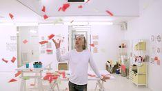 Les œuvres de Hervé Tullet sont souvent composées des 3 couleurs primaires. Pourquoi affectionne-t-il autant le rouge, le jaune et le bleu? Herve, Expo, This Or That Questions, Street, Inspiration, Decor, School Projects, Short Stories, Tejidos