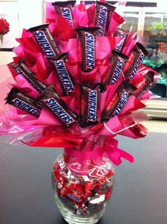 Candy bar bouquet for Valentine Valentine Baskets, Valentine Day Crafts, Valentine Gifts For Husband, Candy Bar Bouquet, Candy Boquets, Lollipop Bouquet, Lollipop Tree, Diy Bouquet, Candy Arrangements