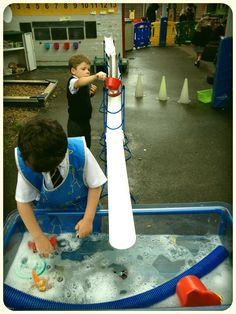 large scale water play in outdoor area Outside Activities, Indoor Activities For Kids, Water Activities, Family Activities, Eyfs Outdoor Area, Outdoor Areas, Sand Play, Water Play, Nursery Water