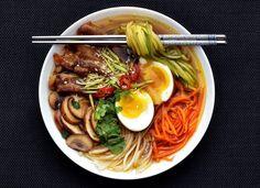 Máte rádi asijskou kuchyni? Právě ní jsem se inspirovala při vaření této silné chutné polévky, která vás zasytí a zahřeje. Vyzkoušejte ji se mnou.