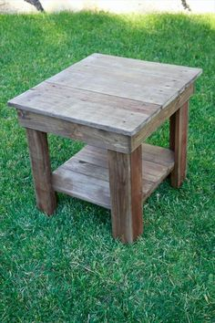 Pallet Furniture Projects recovered pallet end table, stain it with chalk paint or antique this Pallet End Tables, Outdoor End Tables, Rustic End Tables, Diy End Tables, Wooden Side Table, Pallet Furniture End Table, Side Tables, Table From Pallets, Pallet Table Outdoor