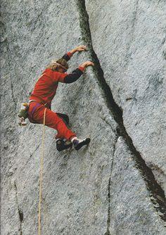 """Patrick Edlinger dans la """"Fissure du désespoir"""" ouverte le 19 mai 1974 par Roberto Bonelli , Danilo Galante et Paul """" Pilin """" Lenzi. Il s'agit d'une des voies historiques de ll'avènement du libre dans les Alpes occidentales."""