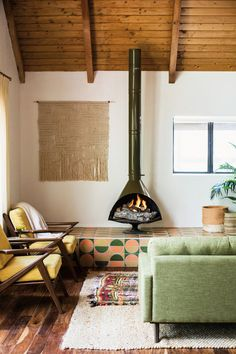 toasty in here. / sfgirlbybay Love this midcentury modern living room with exposed wood ceiling beams and a small fireplace in the corner.Love this midcentury modern living room with exposed wood ceiling beams and a small fireplace in the corner. Retro Living Rooms, Living Room Decor Cozy, Mid Century Modern Living Room, Living Room Green, Living Room With Fireplace, New Living Room, Small Living Rooms, Living Room Modern, Living Room Interior