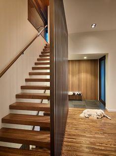 escalier suspendu à marches en bois et main courante en métal