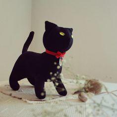 Gatito negro. Hecho con materiales respetuosos con el medio ambiente. LellecoShop.#cat #gato #gatito #negro #blackcat #handmade #peluche #softie #ecofriendly