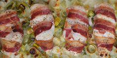 Saftig kylling med sprød bacon på cremet porrebund.