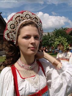 Russian traditional costume. Headdress and neck decoration of Suzdal Province. #folk #textile