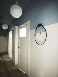 Mooie hoge lambrisering, door de kleur boven het wit aan te brengen én het plafond ook te verven wordt de ruimte optisch verlaagd maar wel sfeervol en bijzonder. Let ook op de reflectie van de kleur in de spiegel!