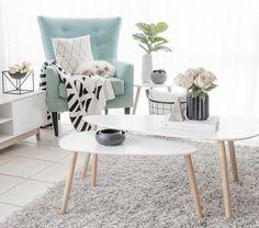 très jolie amenagement salon gris et blanc, petit salon très lumineux, tapis gris, tables gigognes blanches, canapé bleu, salon cocooning