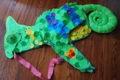 No-Sew Chameleon Costume: very do-able. I used green flannel for the tale instead of felt as it was just a bit more suitable. I also used a blue hoodie instead of green- more fanciful, but works for a Halloween chameleon. My 5 year old loves it. Costume Halloween, Halloween Circus, Halloween Kids, Halloween Crafts, Halloween Games, Halloween 2018, Chameleon Costume, Lizard Costume, Mixed Up Chameleon