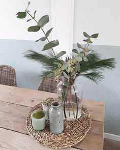 🌿 EUCALYPTUS & PINUS 🌿 Wat mij betreft het ultieme kerstgroen, mooi groengrijs van kleur allebei en... less is more! Fijne vrijdag!… Tall Vase Decor, Tray Decor, Easter Flower Arrangements, Flower Vases, Centerpiece Decorations, Decoration Table, Tall Floor Vases, Table Decor Living Room, Kitchen Ornaments