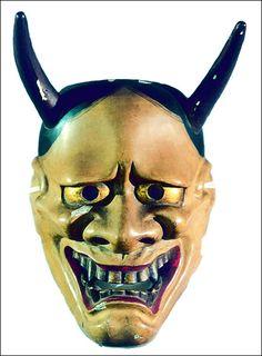 Máscara Hannya de mujer-demonio para teatro Noh, madera de ciprés policromada, siglo 18, periodo Edo,  donada por el padre Nicanor Lana, Japón, Museo Oriental de Valladolid.