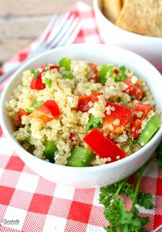 Healthy Mediterranean Quinoa Salad with veggies, cheese and a tasty dressing. Great for those warmer months. 500 Calories, Omega 3, Healthy Dinner Recipes, Supper Recipes, Healthy Dinners, Easy Recipes, Vegetarian Recipes, Mediterranean Quinoa Salad, Pasta Salad Recipes