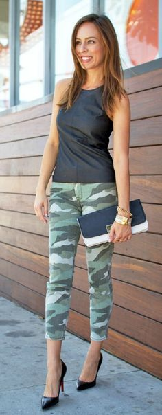 Street style - camouflage jeans + black top + black pumps + two tone clutch