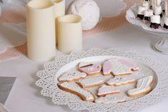 Cocooning Party Nivea par Studio Candy - Sweet table/candy bar dans les tons frais et pastels. Sablés décorés pull, chocolat chaud, nuage, écharpe, chaussette, oreiller. Brochettes de chamallows trempées dans le chocolat, meringues en forme de nuage.