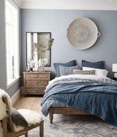 Chambre parentale moderne peinture mur chambre hygge déco scandinave simple gris bleu blanc couleurs chambre à coucher Neutral Bedroom Decor, Neutral Bedrooms, Home Decor Bedroom, Bedroom Furniture, Blue Gray Bedroom, Furniture Ideas, Blue Grey Walls, Bedroom With Gray Walls, Grey Furniture