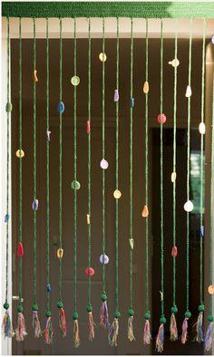 Yaz geldi balkon ve giriş kapısına klasik tül perd eya da sineklik yerine belki daha şık kendi el emeğiniz olan bir perde takmak istersiniz. Bu tığ işi perde herhalde en basit olanlarından, yapımı çok kolay, zincir ve sık iğne kullanılmış, aralardaki renkli yuvarlak ve elipsler yine tığ işi. Bu şekilde zincirler yapıp Eminönü'nden Suluhan'da satın …