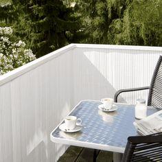 Balkon Sichtschutz aus Bambus – praktische und originelle Idee - balkon sichtschutz aus bambus weiß tisch kaffee bamboo wall - bamboo decoration ideas