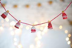 DIY fio de árvores de natal feita com forminhas de brigadeiro e cupcake.