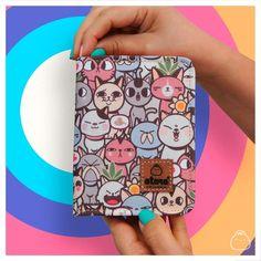 🐱🌟 En la colección #allcats tienes más de 30 preciosos gatitos. Es un diseño genial para nuestros #catlovers y está disponible ONLINE en productos como está billetera pequeña. ¡Mira todos los bolsillos que tiene ,y monederito! 😍✨ . Seguimos contigo. #ataracolombia es un producto creativo #hechoencolombia. 💛💙❤️ . . . #iloveatara #emprendedores #bolsos #billeteras #wallet #urbanbag #gato #catsofinstagram #neko #pet #cute #kawaii Neko, Phone Cases, Ideas, Coin Purse, Kawaii Clothes, Kittens, Pockets, Products, Budget