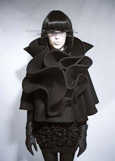 Sculptural Ruffles, Cape with contoured ruffle structure; fashion // Mayaluz Sculptural Ruffles, Cape with contoured ruffle structure; 3d Fashion, Dark Fashion, Fashion Details, Couture Fashion, Ideias Fashion, Womens Fashion, Fashion Design, Moda 3d, Structured Fashion